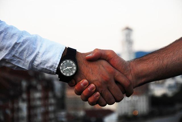 podání ruky dvou mužů