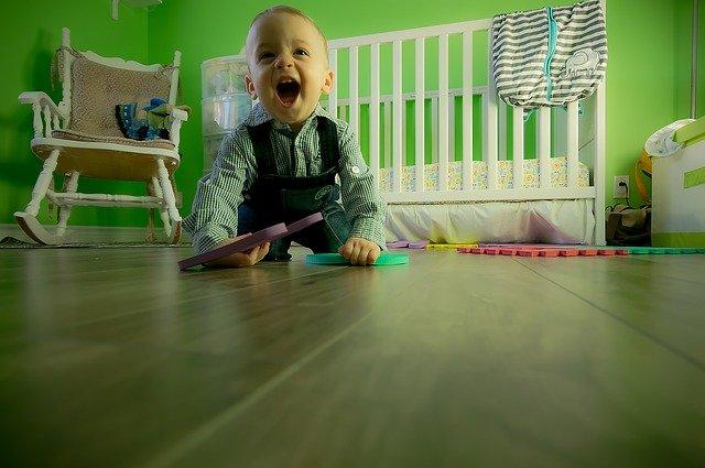 malý chlapec při hře ve svém pokoji
