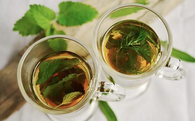 čerstvé bylinky v čaji