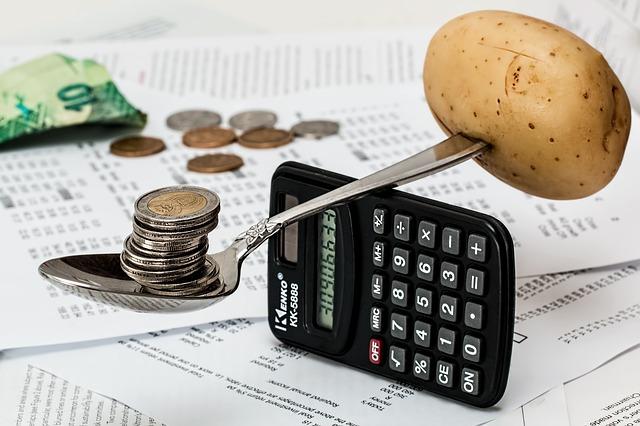 kalkulačka, váha, lžíce, brambora, mince