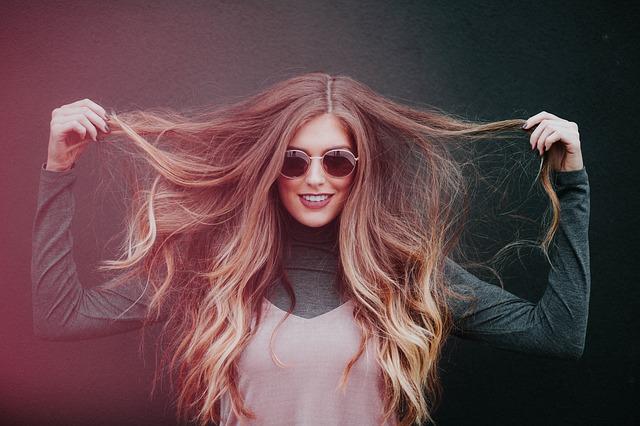 dívka v brýlích proti slunci