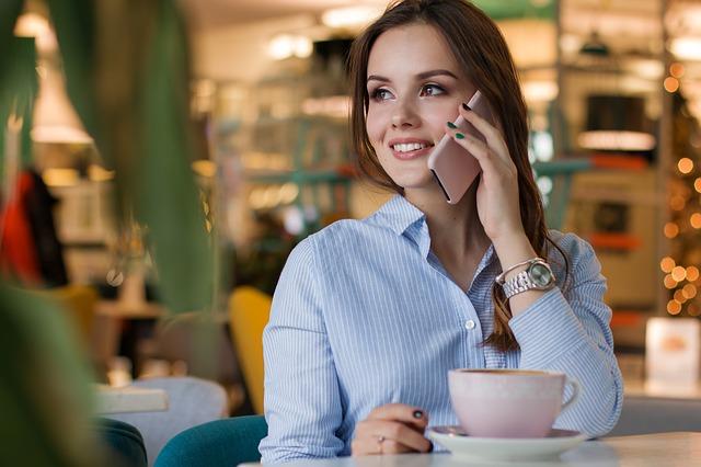 telefonování v restauraci.jpg