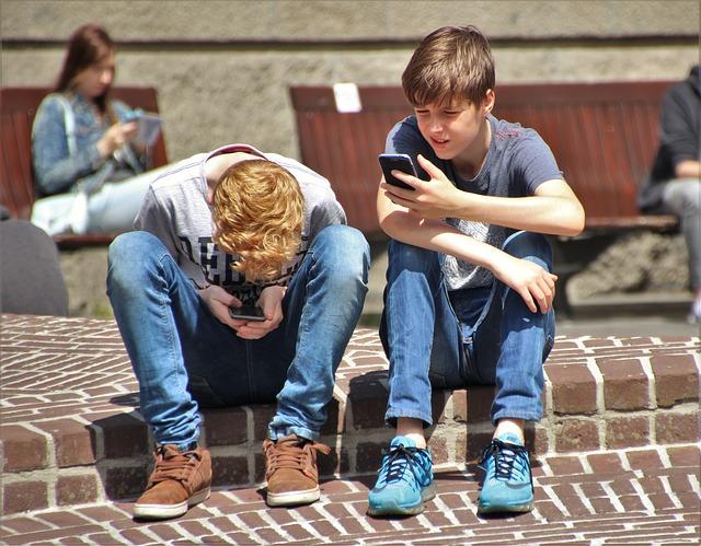mladí s mobilem.jpg