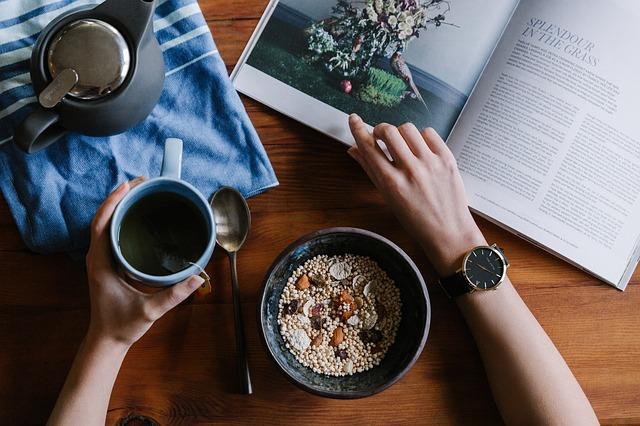 zdravá snídaně u knihy s kávou.jpg