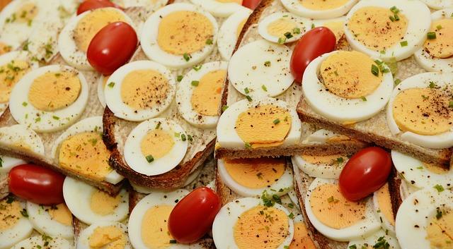 vaječný sendvič s rajčátky a posypaný kořením.jpg