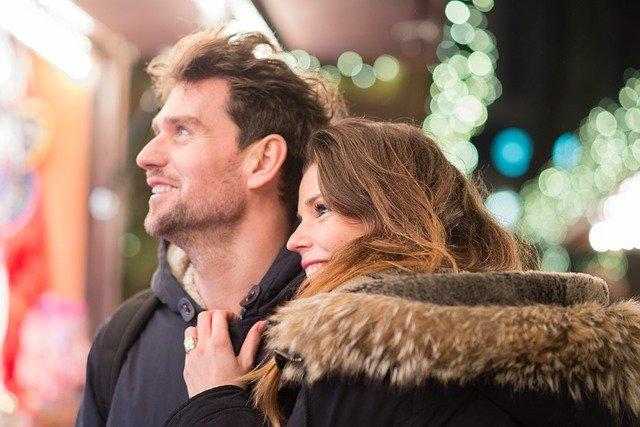 Usmívající se dvojice při procházce zimní ulicí
