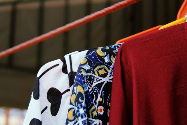 Oblečení na věšácích.jpg