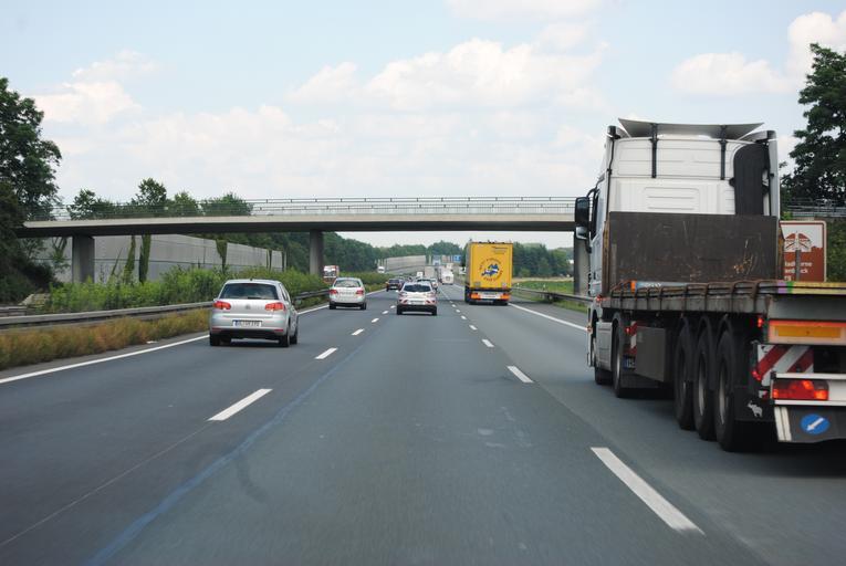 jízda po silnici, dálnici, pohled z vozidla, před ním jedou osobní a nákladní automobily