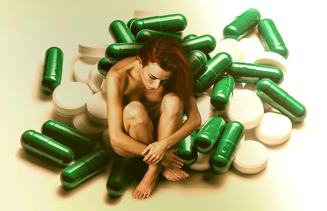 žena, která má kolem sebe léky.jpg